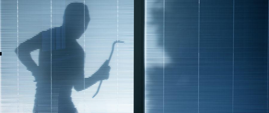 Einbrecherschatten vor Terassentür bei Nacht